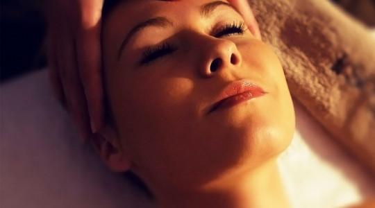 Coinvolgi i tuoi sensi in un'esperienza magica che rende la tua pelle più giovane e luminosa.